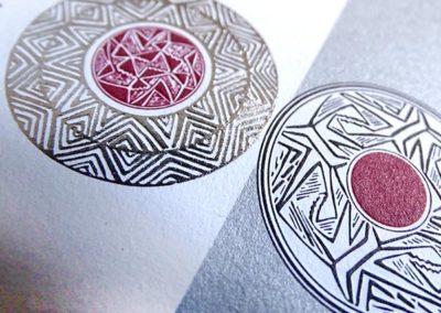 Finitura rilievo a caldo argento e carta speciale
